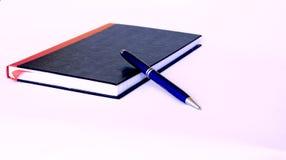 czarna błękitnej książki pióra czerwień Obrazy Stock