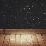 Czarna błyskotliwość zaświeca i drewniana podłoga zaszaluje obrazy royalty free