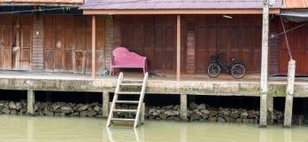 Czarna bicyklu i menchii ławka przy pustym spławowym rynkiem obrazy stock