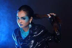 Czarna cekin kurtka na Błękitnej modzie Uzupełniał Azjatyckiego Pięknego tryb obrazy royalty free