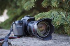 Czarna cyfrowa kamera kłama na tle zielonych boże narodzenia fotografia royalty free