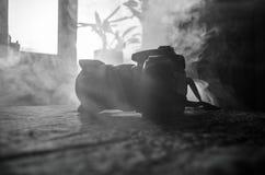 Czarna cyfrowa kamera na ciemnym tle zdjęcia royalty free