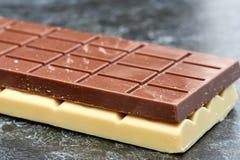 Czarna czekolada kłama na białej czekoladzie zdjęcia royalty free