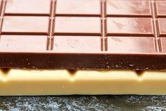 Czarna czekolada kłama na biały czekoladowy makro- Obrazy Stock