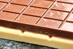 Czarna czekolada kłama na bielu na stołowym czekoladowym zbliżeniu Zdjęcia Royalty Free
