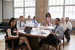 Czarna drużyna przy spotkani rady spojrzeniem kamera i bizneswoman obraz stock