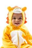 Czarna dziecko chłopiec, ubierająca w lwa karnawałowym kostiumu, odizolowywającym na białym tle Dziecko zodiak - szyldowy Leo Obrazy Royalty Free