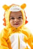 Czarna dziecko chłopiec, ubierająca w lwa karnawałowym kostiumu, odizolowywającym na białym tle Dziecko zodiak - szyldowy Leo Obrazy Stock