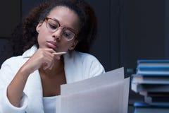 Czarna dziewczyna czyta dokument Fotografia Royalty Free
