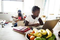 Czarna dziewczyna używa laptop w domu zdjęcia stock