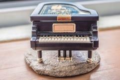 Czarna fortepianowa pozytywka na drewnianym stole Obrazy Stock
