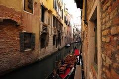 Czarna gondola przy cumowaniem Obrazy Stock