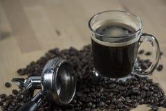 Czarna gorąca kawa z kawową fasolą Fotografia Royalty Free