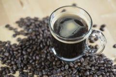 Czarna gorąca kawa z kawową fasolą Zdjęcia Stock