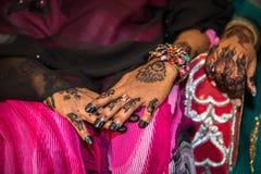 Czarna henna Wręcza rysunki na kobietach dla Afrykańskiej Ślubnej ceremonii obrazy stock