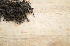 Czarna herbata na drewnianym tle Zdjęcie Stock