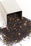 Czarna herbata rozlewa z herbacianego pudełka Obraz Royalty Free