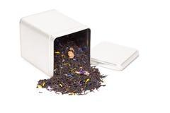 Czarna herbata rozlewa z herbacianego pudełka Zdjęcie Stock