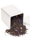 Czarna herbata rozlewa z herbacianego pudełka Obrazy Stock