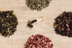 Czarna herbata w łyżce Fotografia Royalty Free