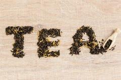 Czarna herbata w łyżce Obrazy Royalty Free