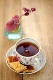 Czarna herbata w filiżance z ciastkami Obrazy Royalty Free