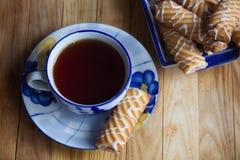 Czarna herbata z ciastkiem Zdjęcia Royalty Free