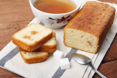 Czarna herbata z cukierem i tortem z dżemem na pielusze i na drewnianym tle Fotografia Royalty Free
