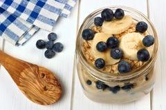 Czarna jagoda i bananowy nocny oatmeal w kamieniarza słoju Fotografia Stock