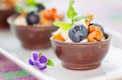 Czarna jagoda i mascarpone deser w czekoladowych filiżankach, garnirunek z zdjęcie stock