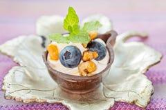 Czarna jagoda i mascarpone deser w czekoladowych filiżankach, garnirunek z obrazy royalty free