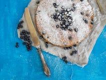Czarna jagoda kulebiak na błękitnej powierzchni Fotografia Royalty Free