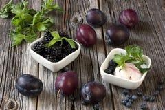 Czarna jagoda lody na bielu talerzu Zdjęcie Stock