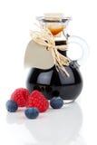 Czarna jagoda - malinowy syrop w szklanej butelce lub miksturze Obraz Stock