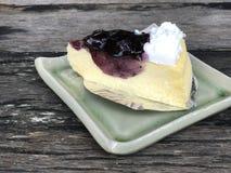 Czarna jagoda tort na drewnianym stole Obraz Stock
