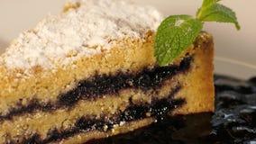 Czarna jagoda tort na talerzu zbiory wideo