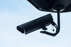 Czarna kamera bezpieczeństwa ochrona na niebieskiego nieba tle obraz stock