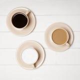 Czarna kawa i płaski latte biały i cukierniany obrazy stock