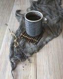 Czarna kawa i popielaty tło fotografia stock