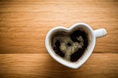 Czarna kawa, kawa espresso w sercu kształtował filiżankę Miłość, walentynka dzień, rocznik fotografia royalty free