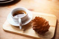 Czarna kawa lub kawa espresso w białej filiżance w sklep z kawą, Kawowej przerwie w biurze po spotykać lub, gorzki świeża czarna  Fotografia Stock