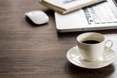 Czarna kawa na biurowego biurka stole z komputerem, srebny pióro Zdjęcia Stock