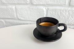Czarna kawa w Czarnej filiżance Obrazy Stock