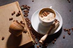 Czarna kawa w filiżance na tle kawowe fasole w składzie z akcesoriami fotografia royalty free