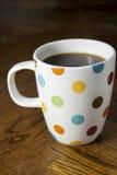 Czarna kawa w polki kropki kubku Zdjęcie Royalty Free