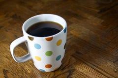 Czarna kawa w polki kropki kubku Obraz Stock