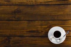 Czarna kawa z 2 sugars, biała filiżanka na brown drewnianym stole zdjęcia stock