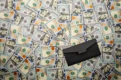 Czarna koperta na tle banknoty dolary Odgórny widok, kopii przestrzeń zdjęcie royalty free