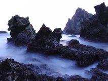 Czarna koral skała i Gładzi fala Watulumbung plażę Zdjęcia Stock