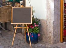 Czarna kredowa deska przygotowywająca wypełniającym przed kawiarnią wewnątrz obraz stock
